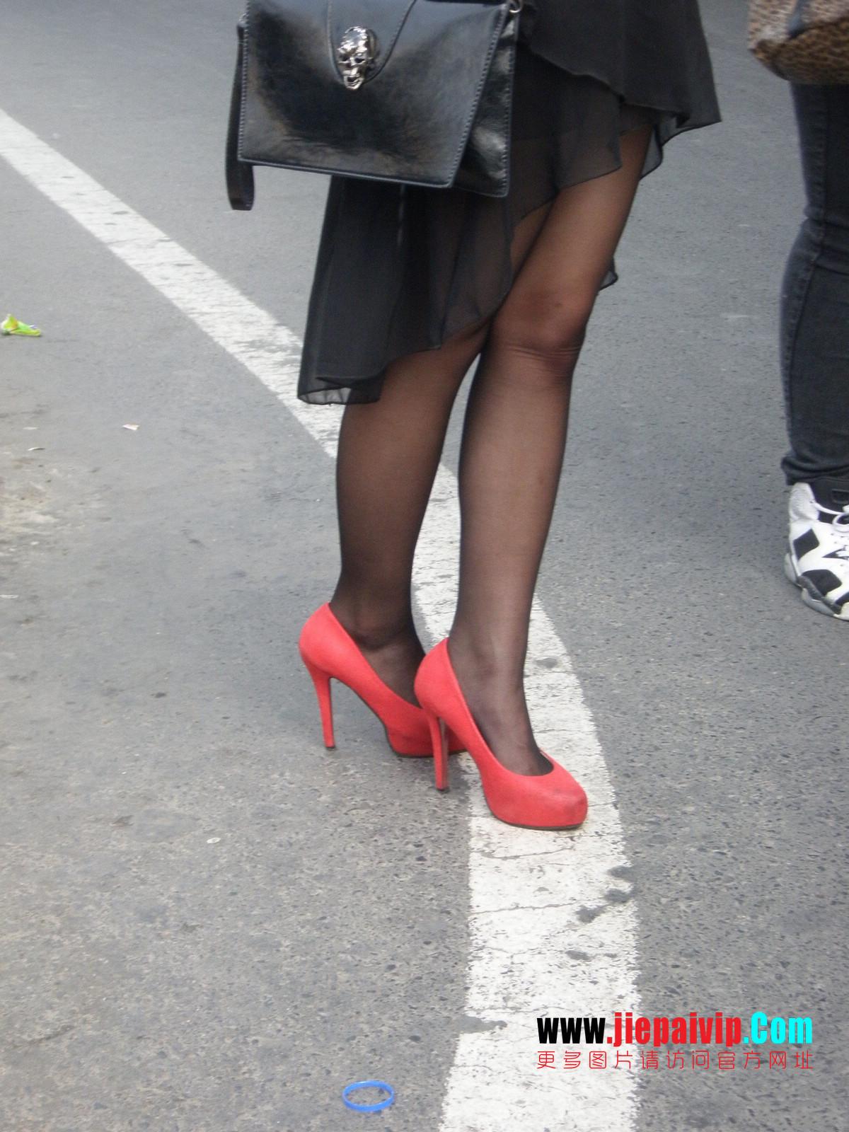 性感的红色高跟鞋黑丝袜美腿女人14