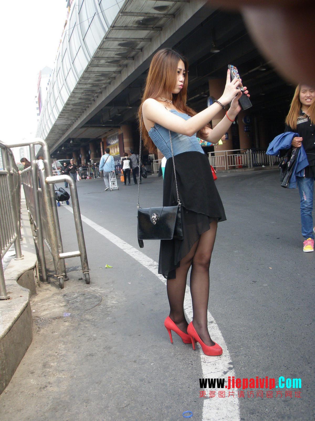 性感的红色高跟鞋黑丝袜美腿女人