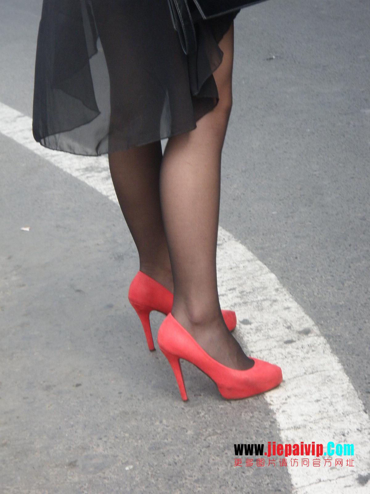 性感的红色高跟鞋黑丝袜美腿女人16