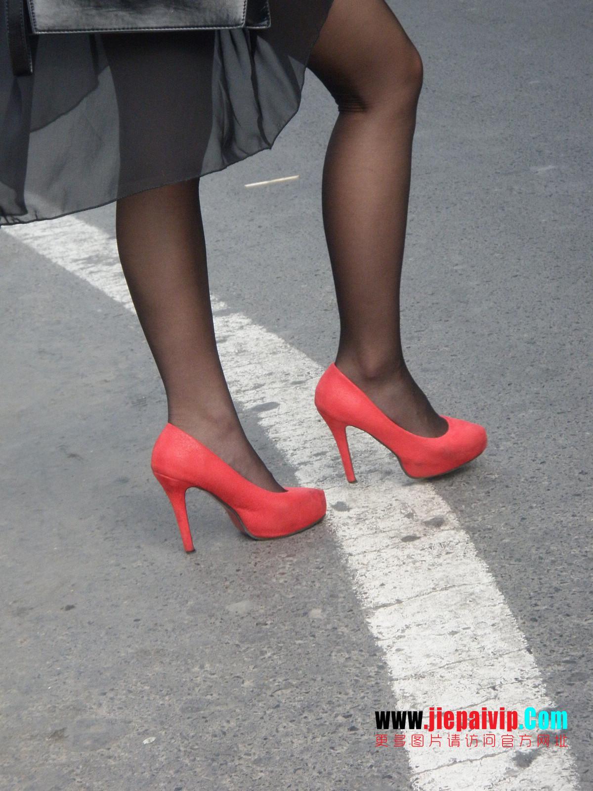 性感的红色高跟鞋黑丝袜美腿女人17