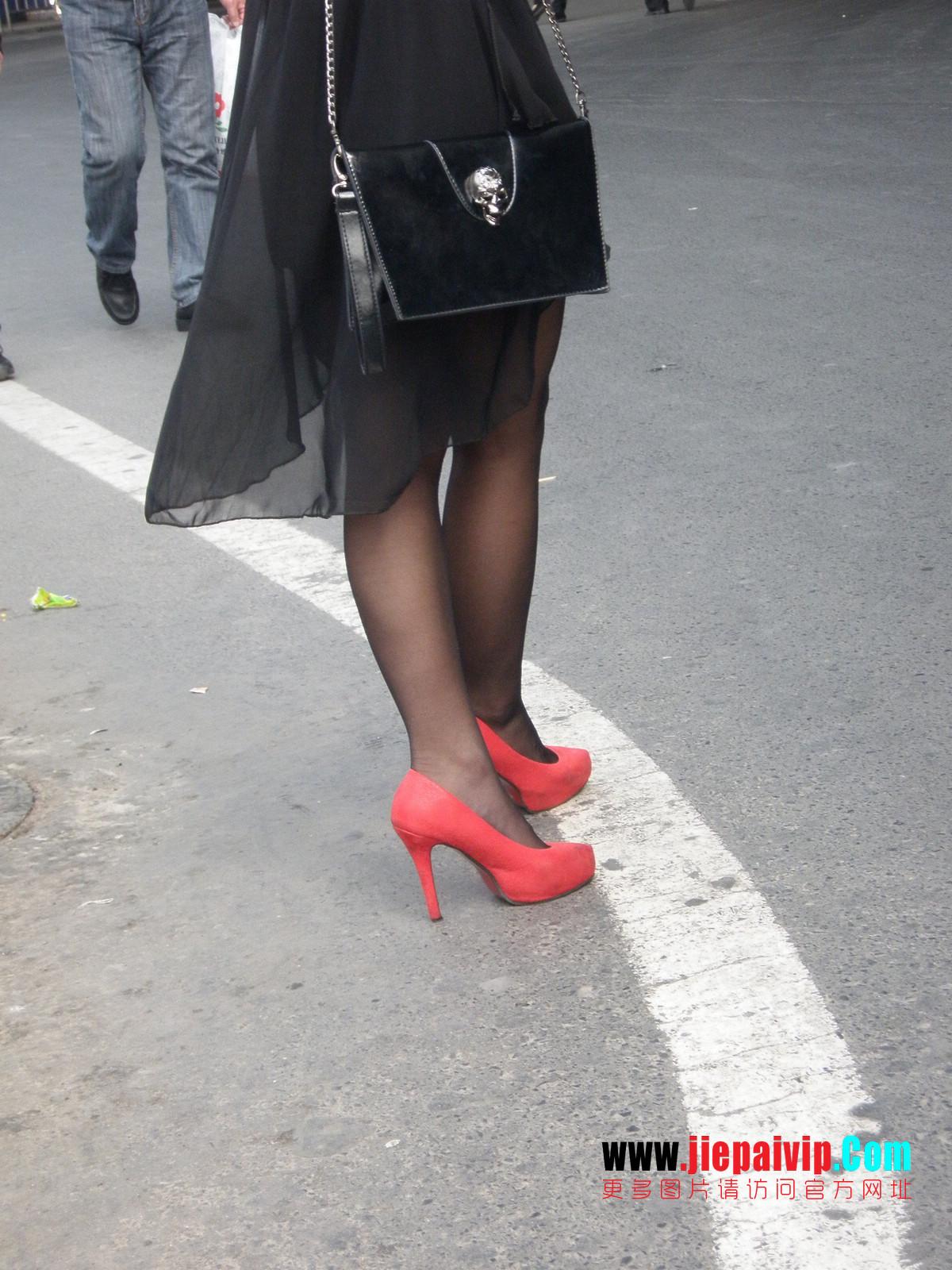 性感的红色高跟鞋黑丝袜美腿女人18