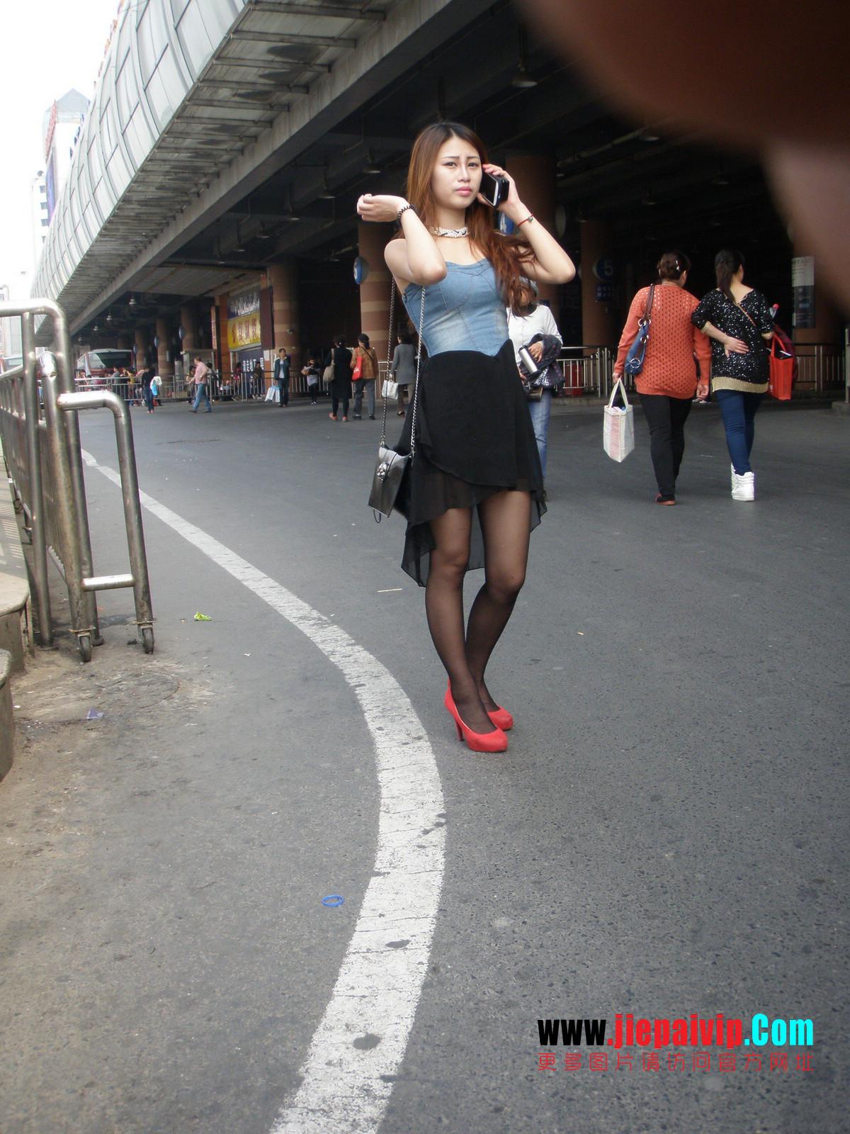 性感的红色高跟鞋黑丝袜美腿女人2