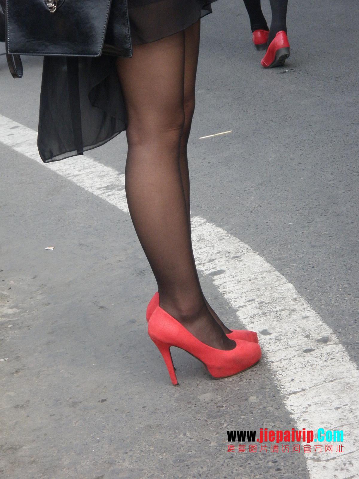 性感的红色高跟鞋黑丝袜美腿女人20