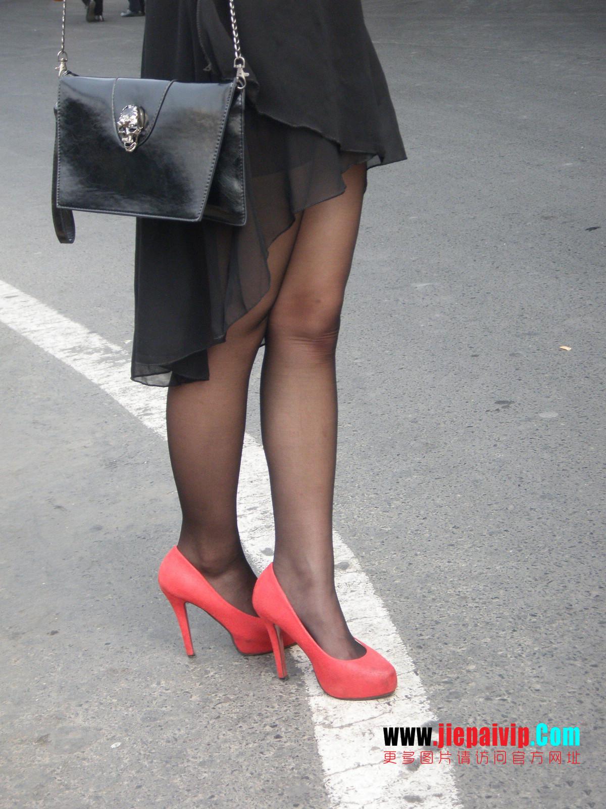 性感的红色高跟鞋黑丝袜美腿女人21