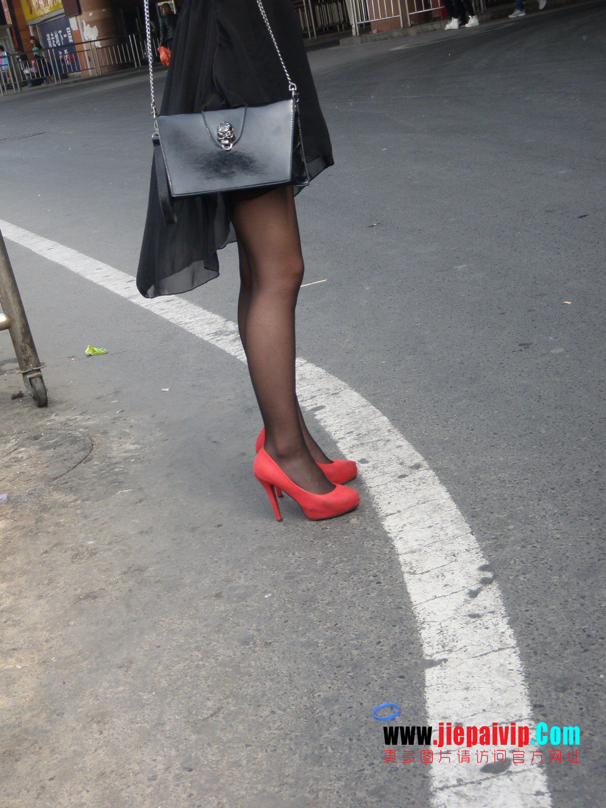 性感的红色高跟鞋黑丝袜美腿女人22