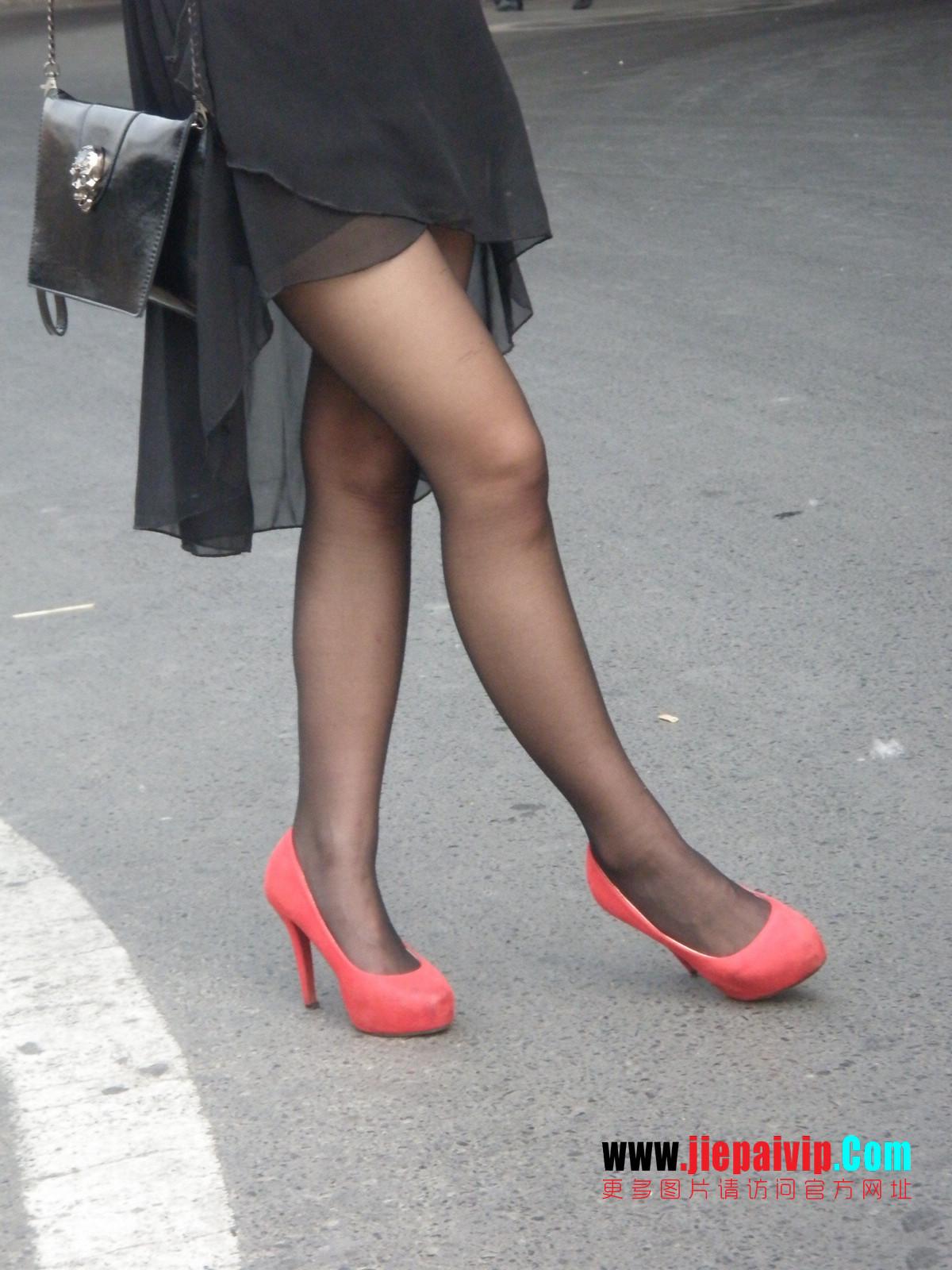 性感的红色高跟鞋黑丝袜美腿女人4
