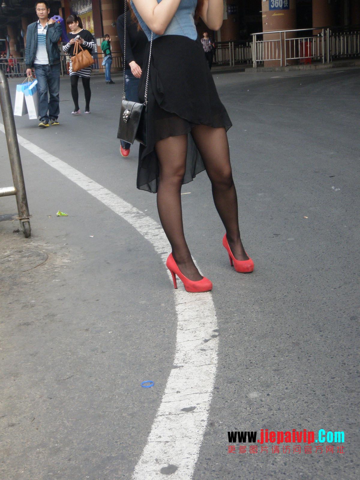 性感的红色高跟鞋黑丝袜美腿女人5