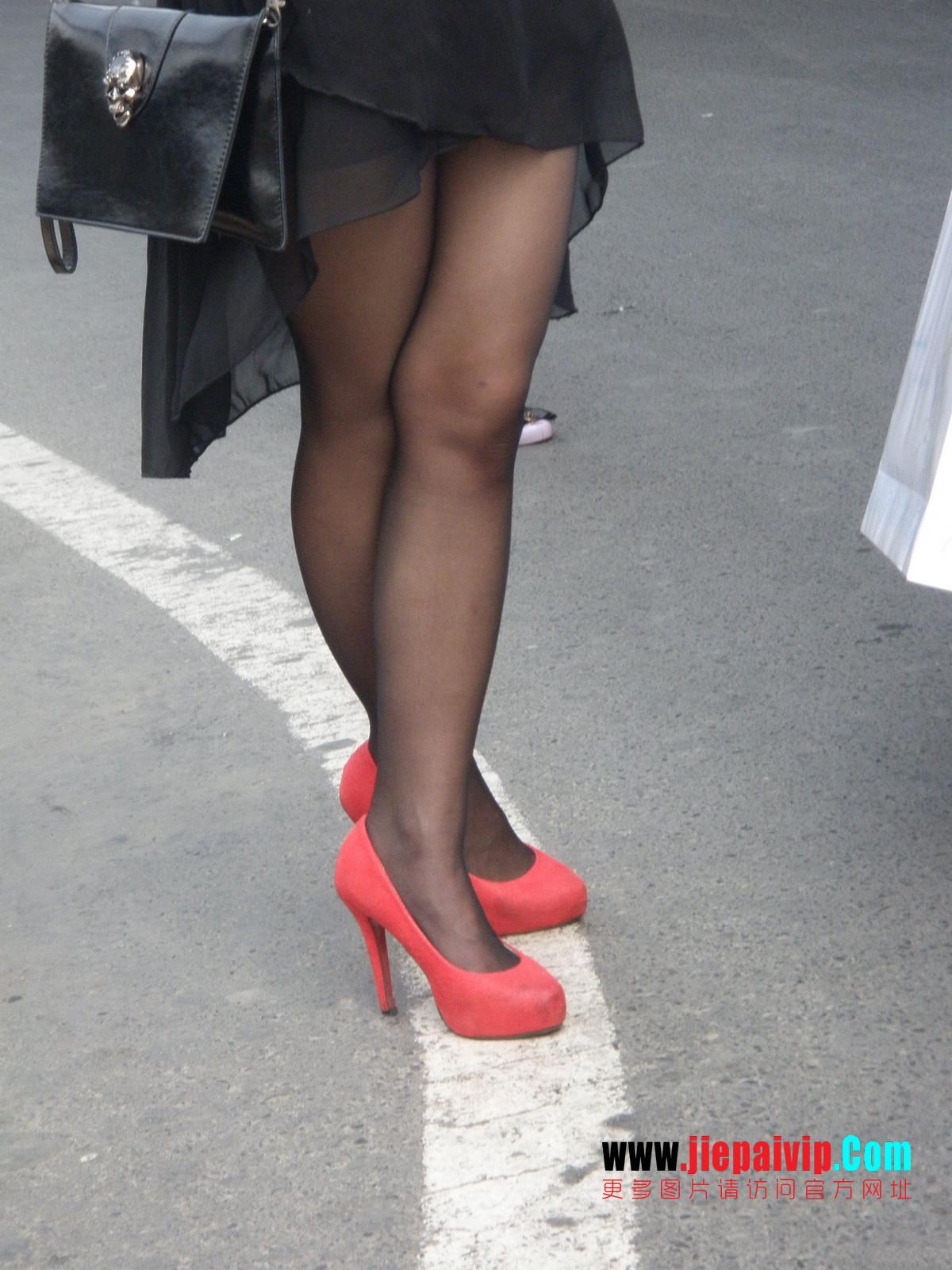 性感的红色高跟鞋黑丝袜美腿女人6