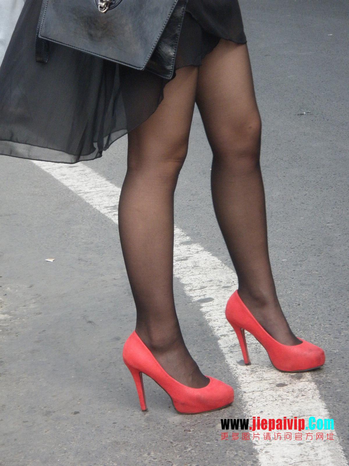 性感的红色高跟鞋黑丝袜美腿女人7