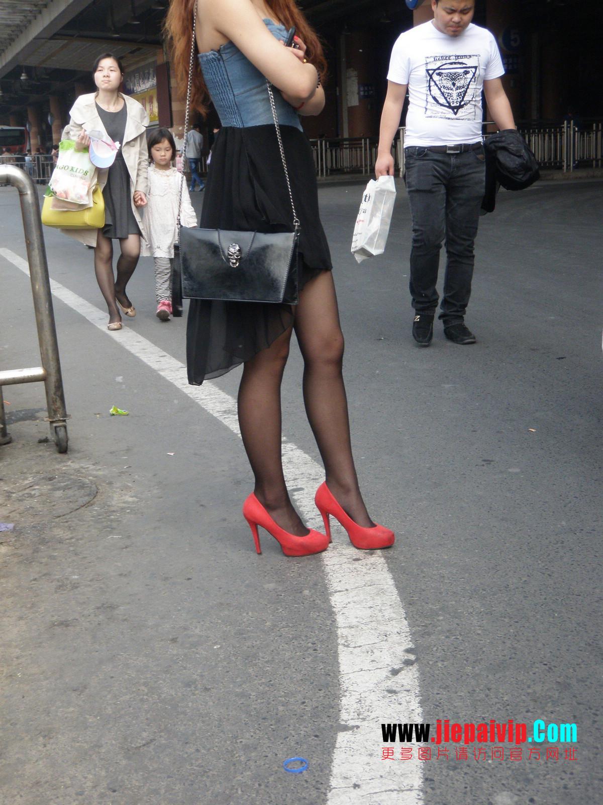 性感的红色高跟鞋黑丝袜美腿女人9