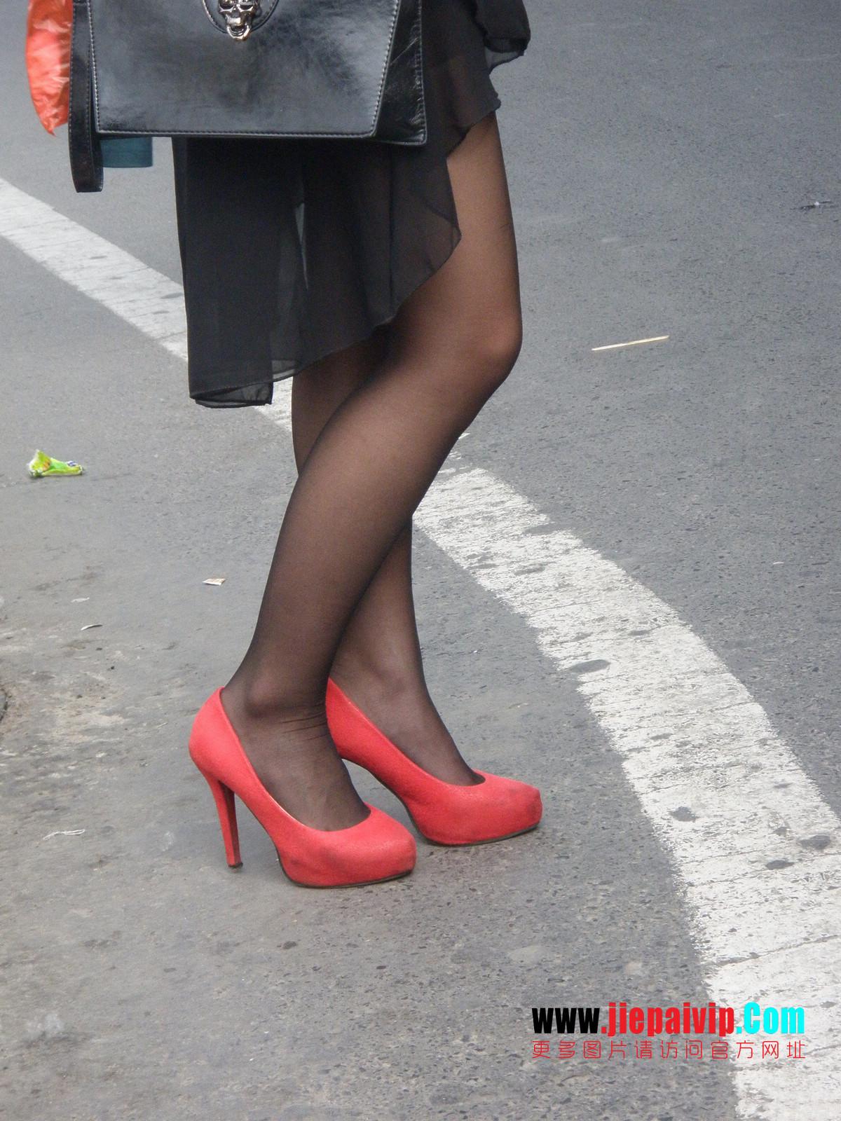 性感的红色高跟鞋黑丝袜美腿女人10