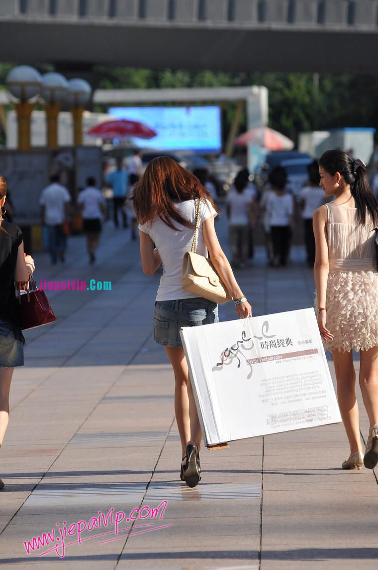街拍美女t字裤痕图片