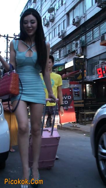 大搔货刚小希来了(第二季):蓝色包臀深V爆乳,同样的高跟鞋44