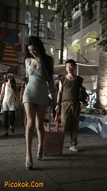 大搔货刚小希来了(第二季):蓝色包臀深V爆乳,同样的高跟鞋55