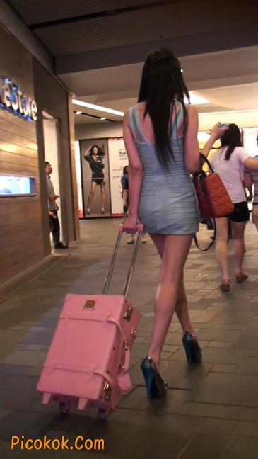 大搔货刚小希来了(第二季):蓝色包臀深V爆乳,同样的高跟鞋77