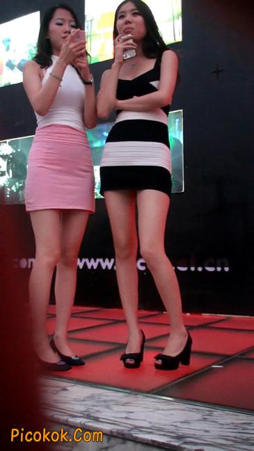 街拍夜店门口的性感超短裙极品美女6