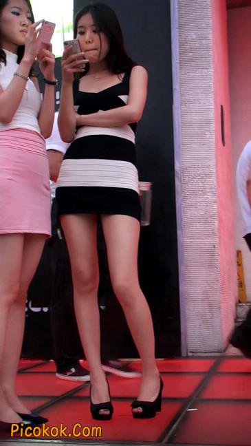 街拍夜店门口的性感超短裙极品美女8
