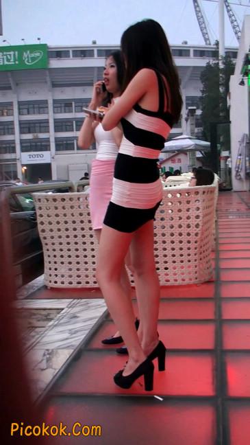 街拍夜店门口的性感超短裙极品美女18
