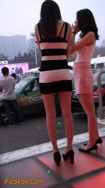 街拍夜店门口的性感超短裙极品美女20