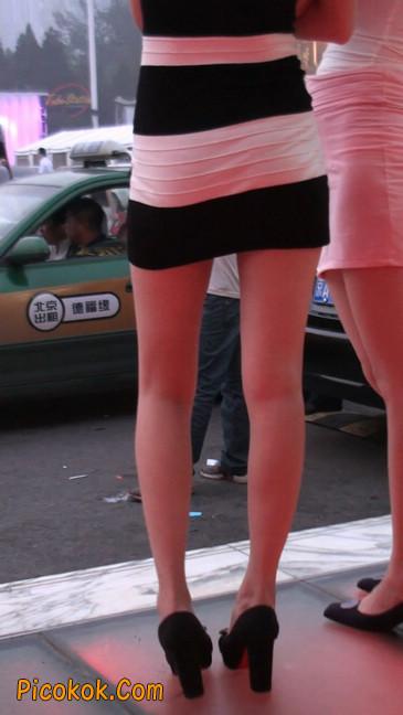 街拍夜店门口的性感超短裙极品美女24
