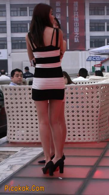 街拍夜店门口的性感超短裙极品美女28