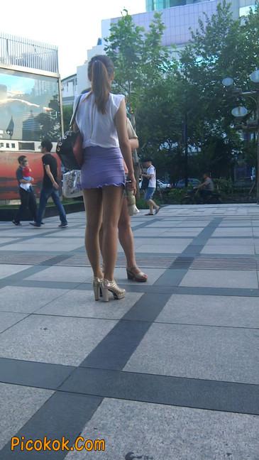 街拍,美女穿着又短又紧的裙子
