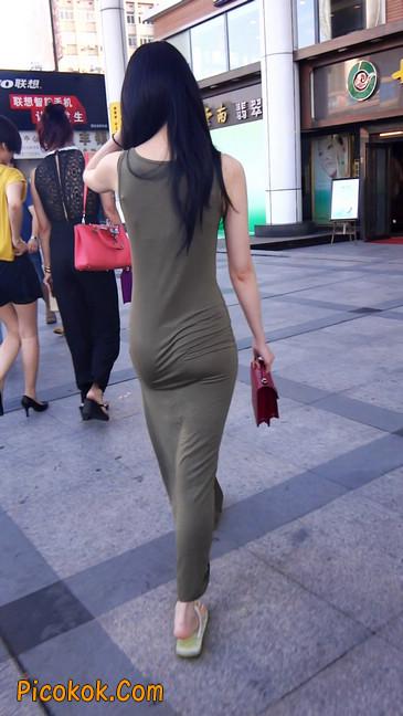 少妇穿着贴身的裙子,内裤都印出来了噢1