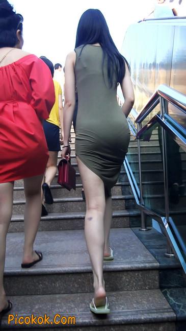 少妇穿着贴身的裙子,内裤都印出来了噢3