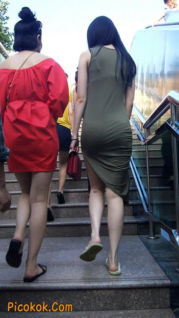 少妇穿着贴身的裙子,内裤都印出来了噢4