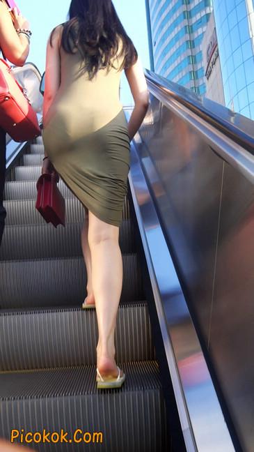 少妇穿着贴身的裙子,内裤都印出来了噢13