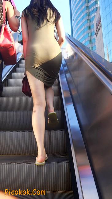 少妇穿着贴身的裙子,内裤都印出来了噢14