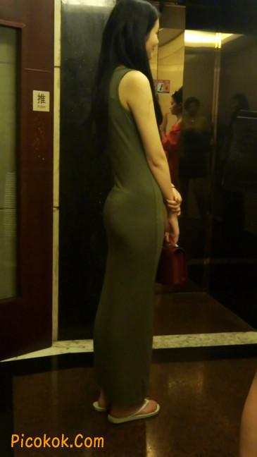少妇穿着贴身的裙子,内裤都印出来了噢15