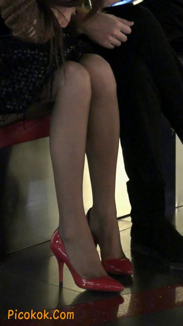 红色高跟鞋的黑丝少妇,跟男人当众打情骂俏2