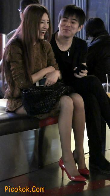 红色高跟鞋的黑丝少妇,跟男人当众打情骂俏4