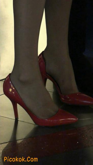 红色高跟鞋的黑丝少妇,跟男人当众打情骂俏9