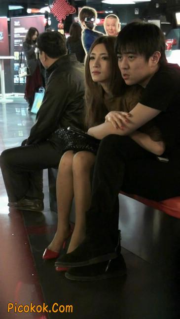 红色高跟鞋的黑丝少妇,跟男人当众打情骂俏19