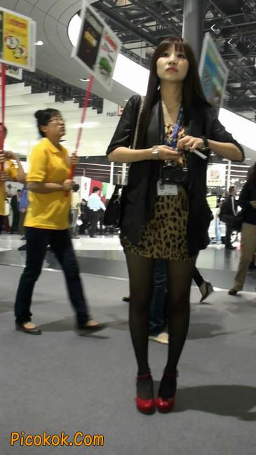 豹纹短裙,红色高跟的黑丝极品少妇
