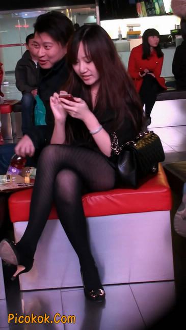 丝丝会最新街拍视频作品之玩手机的美女8