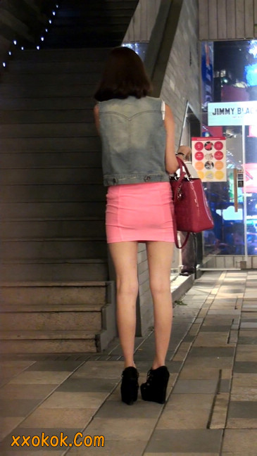街拍紧身超短裙,极品身材,骨子里其实很放荡50