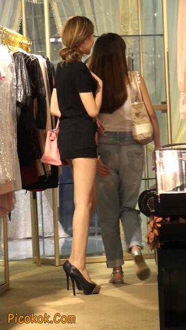 仔细看裙子短的都能看到内裤的极品美女