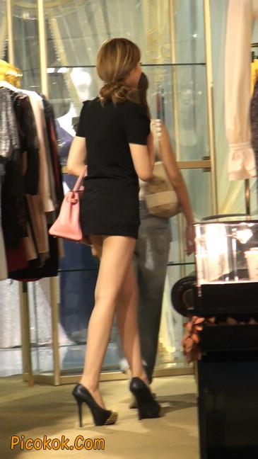 仔细看裙子短的都能看到内裤的极品美女1