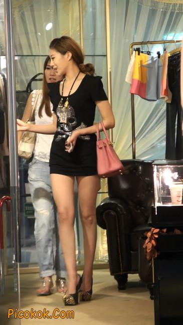 仔细看裙子短的都能看到内裤的极品美女4