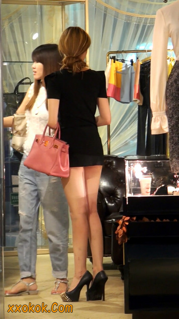 仔细看裙子短的都能看到内裤的极品美女6