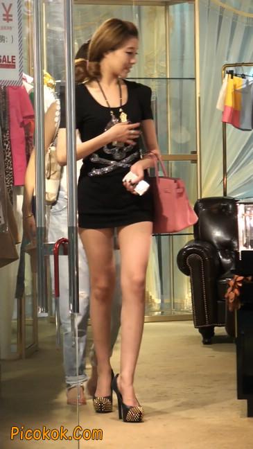 仔细看裙子短的都能看到内裤的极品美女7
