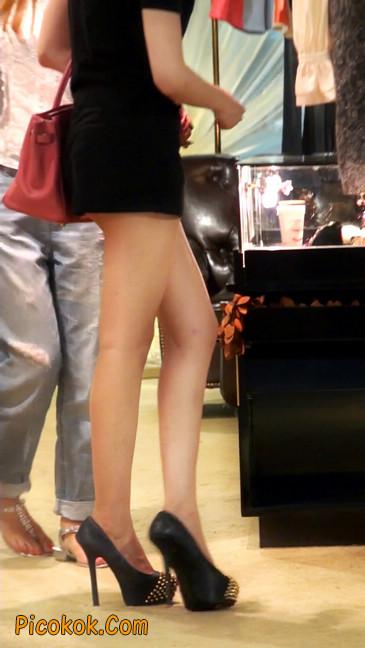 仔细看裙子短的都能看到内裤的极品美女9