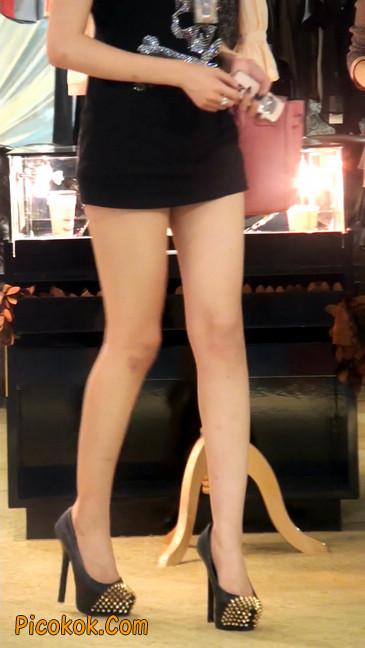 仔细看裙子短的都能看到内裤的极品美女10