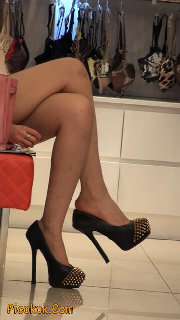 仔细看裙子短的都能看到内裤的极品美女20