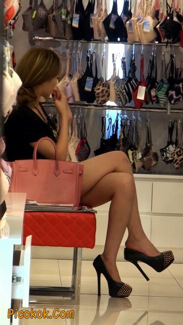 仔细看裙子短的都能看到内裤的极品美女21