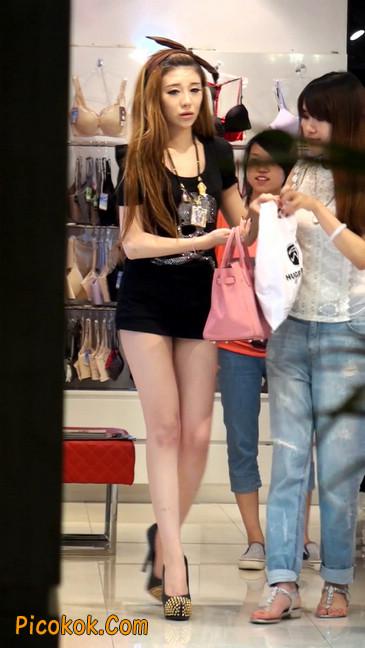 仔细看裙子短的都能看到内裤的极品美女30