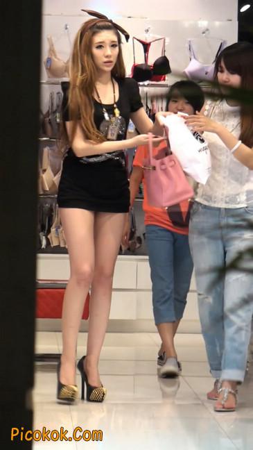 仔细看裙子短的都能看到内裤的极品美女31